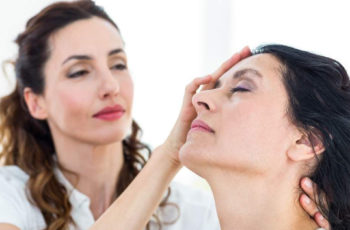 mulher fazendo hipnose na outra