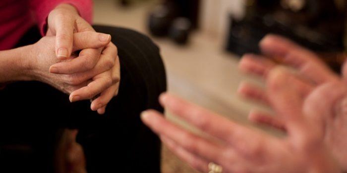 homem fazendo pseudohipnose mãos magnéticas