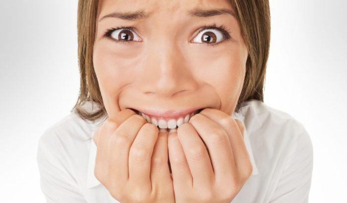 mulher roendo unhas de ansiedade
