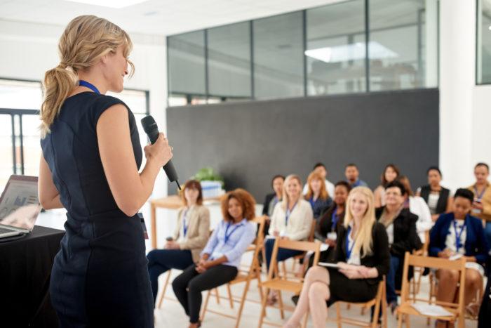 mulher ministrando palestra de coaching